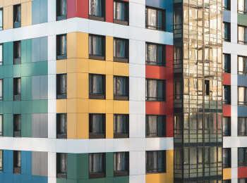 Яркие фасады корпусов